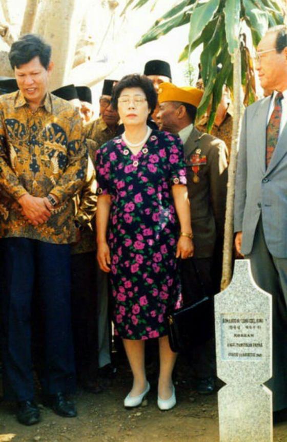 Putra Yang Chil-sung bersama keluarga dari Korea pada upacara peresmian penggantian nisan Yang Chol-sung, 1995 (Sumber: fokusjabar.com)