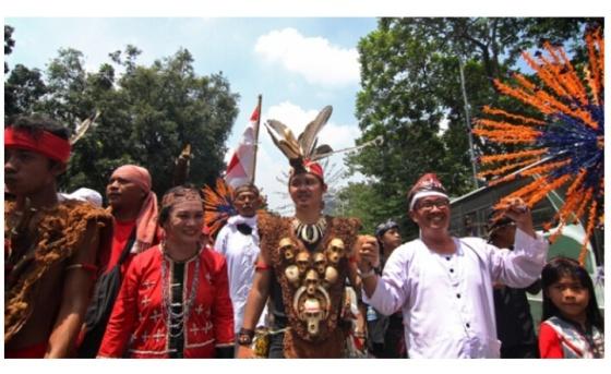 Peserta mengenakan pakaian adat saat mengikuti Parade Bhinneka Tunggal Ika di kawasan silang Monas, Jakarta Pusat, 19 November 2016. Aksi damai ini digelar untuk merawat Pancasila, UUD 1945, NKRI, dan Kebhinnekaan Indonesia, serta mempertahankan pemerintahan yang terpilih secara konstitusional dan menyerukan penegakan hukum yang tidak bisa diintervensi pihak mana pun. TEMPO/Dhemas Reviyanto