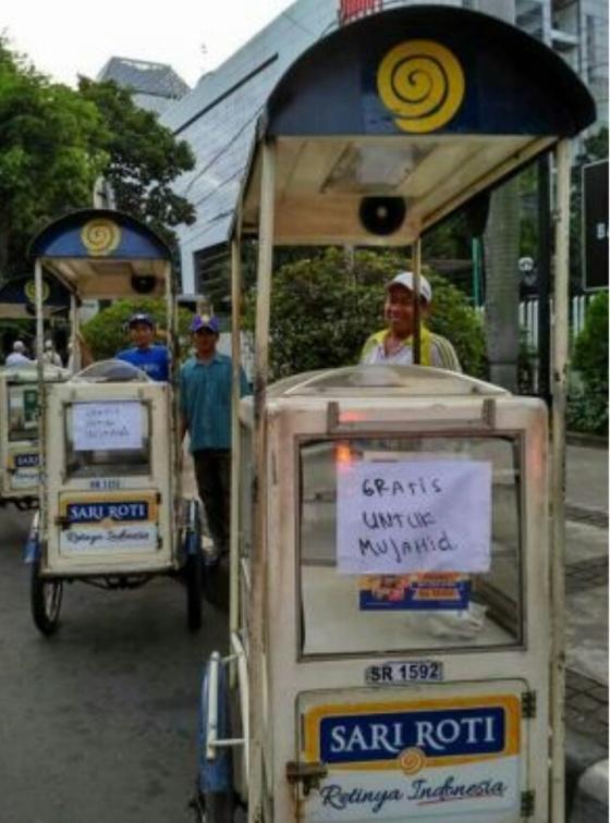 Para penjual roti mengikhlaskan dagangannya untuk para peserta Aksi Bela Islam III, Masyaa Allah. (Foto: Arrahmah.com)