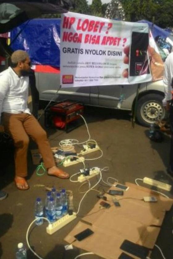Makelar Sedekah menyediakan genset agar para peserta aksi bisa mengisi baterai ponsel mereka yang telah habis. (Foto: Arrahmah.com)