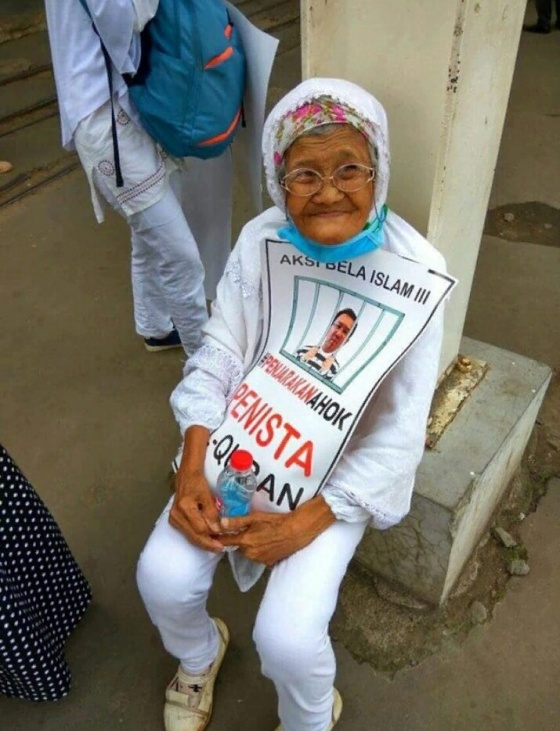 (Nenek renta yang semangatnya tetap membara demi Agama) Foto: yesmuslim