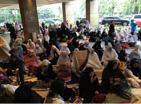 Peserta aksi 212 di lobi hotel Aryaduta Cikini Jakarta Jum'at (2/12/16)