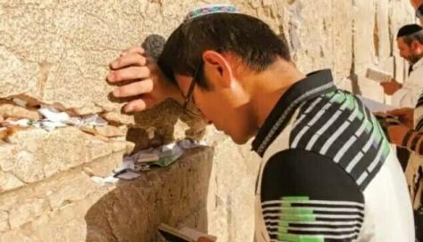 Gideon Fan, orang Cina berdarah Yahudi, tengah berdoa di Tembok Ratapan di Kota Yerusalem Timur. (kaltim.tribunnews.com)