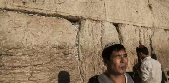 Inilah etnik Yahudi Kaifeng yang sedang melakukan perjalanan ibadah di tembok tangis, Israel. (kaltim.tribunnews.com)