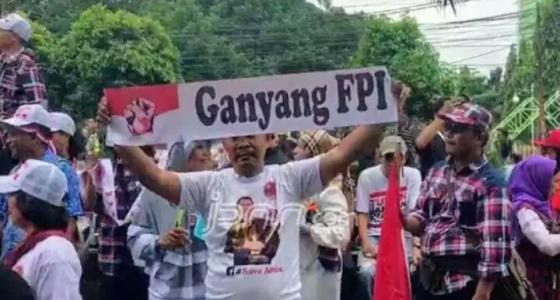 """Massa yang diduga dari kubu Ahok membentangkan spanduk bertuliskan """"Ganyang FPI"""". Foto Fandi Permana/jpnn.com"""