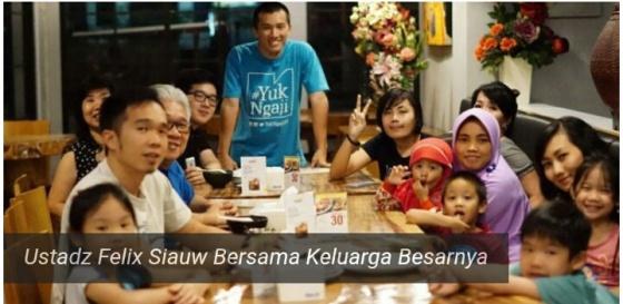 Mubaligh muda yang merupakan seorang Mualaf Ustadz Felix Siauw mengunggah foto bersama keluarga besarnya saat makan malam di akun Facebook pribadinya, ahad(26/6/2016).